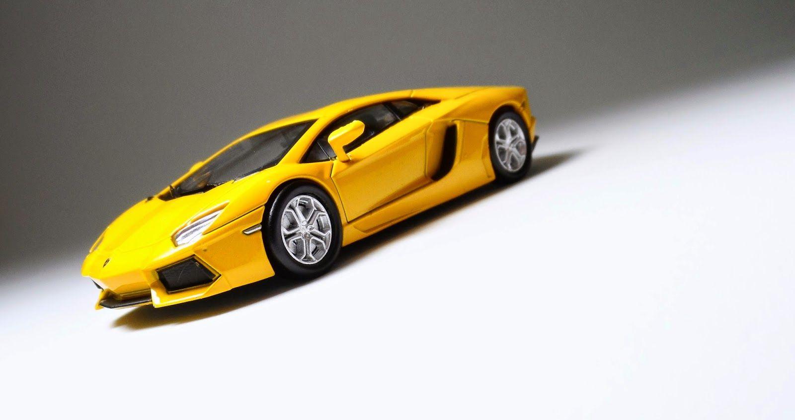 Lamborghini Aventador LP700-4 (Amarela) - OEM Kyosho.