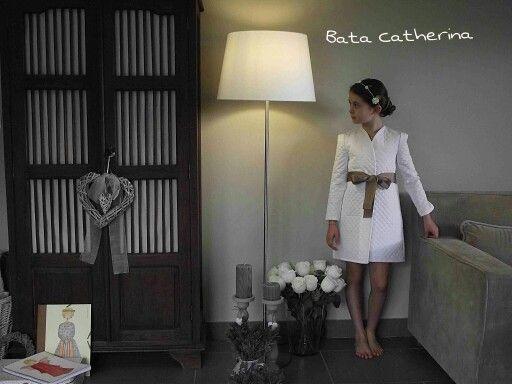 Bata Catherina en blanco y con lazo en color chocolate. De Lan Fairy.