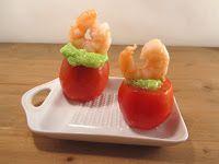 Tomates divinos rellenos de aguacate, pesto y cola de gamba salada