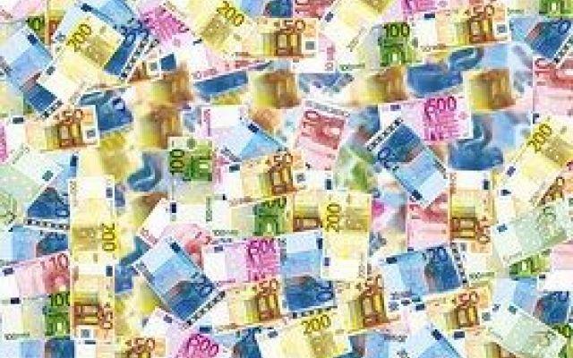 Le pazze spese private coi soldi pubblici Leggendo il libro di Stella e Rizzo, che ormai è un classico, si ha un senso di angoscia e rabbia. Ciò che viene raccontato e documentato ha dell'incredibile. I governi italiani degli ultimi anni han #economia #politica #sprechi