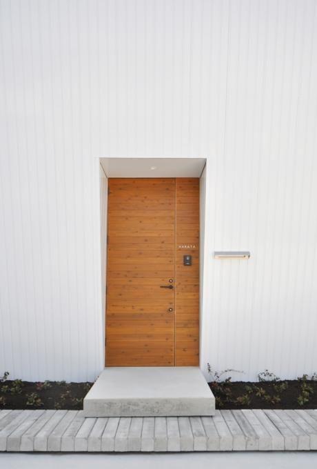 おしゃれな木製玄関ドアを取り入れた事例20選 家の外壁 家の正面