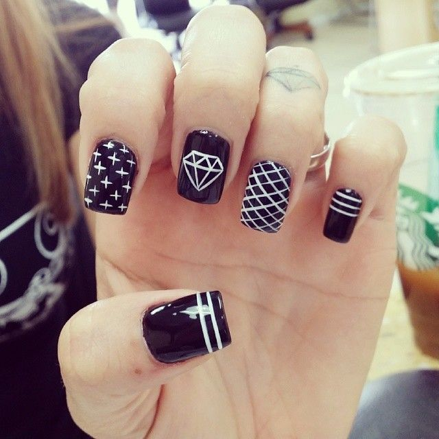 tienievuong #nail #nails #nailart #unha #unhas #unhasdecoradas #diamond #diamante #listras #stripes #cruz #cross #black #preto #white #branco