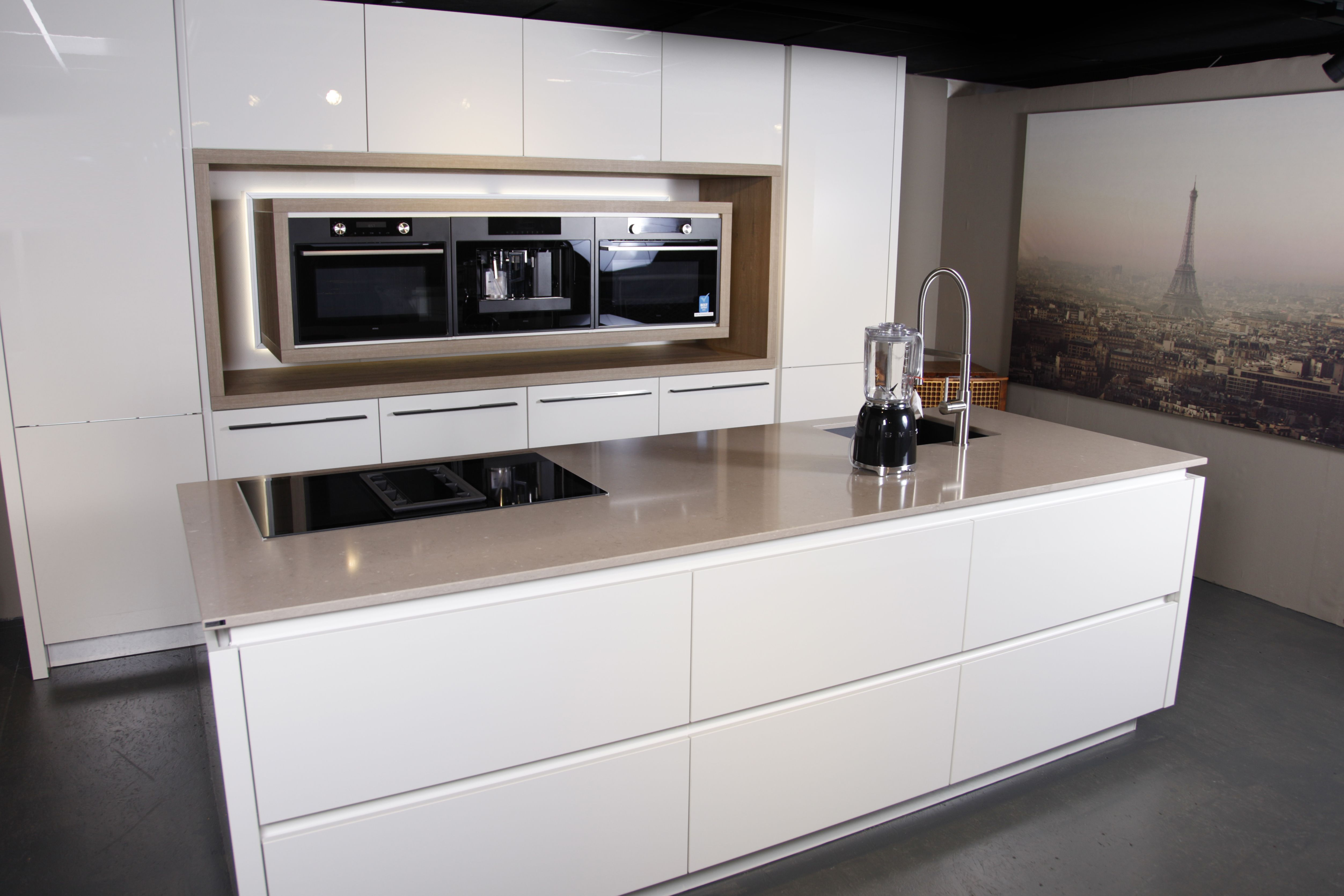 Moderne hoogglans greeploze keuken. met dun composiet werkblad en