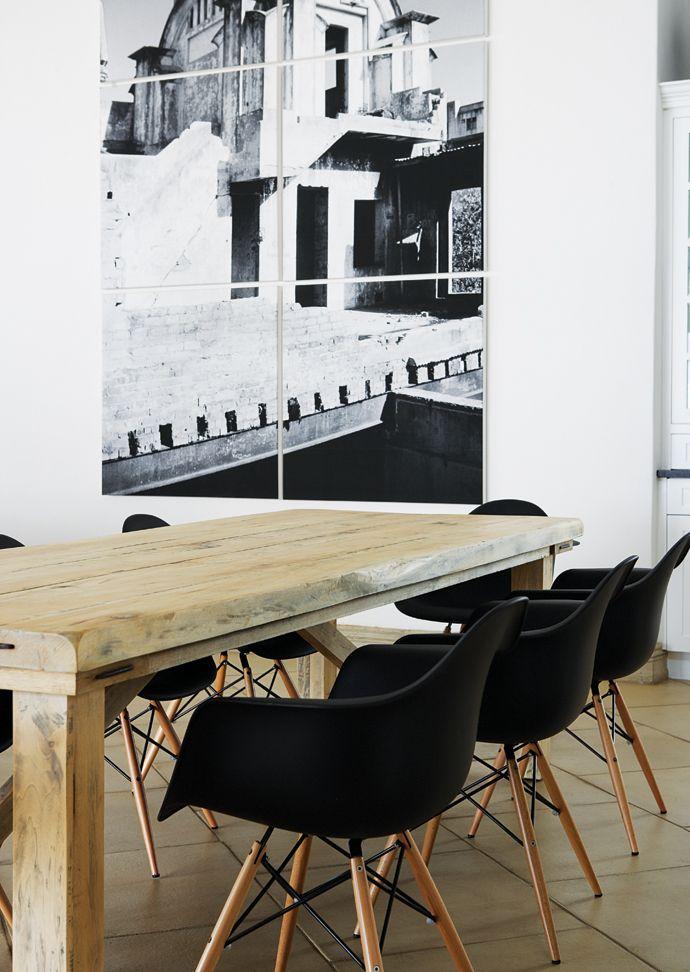 chaises Eames noires et table en bois brut Deco Pinterest - decoration de salle de sejour