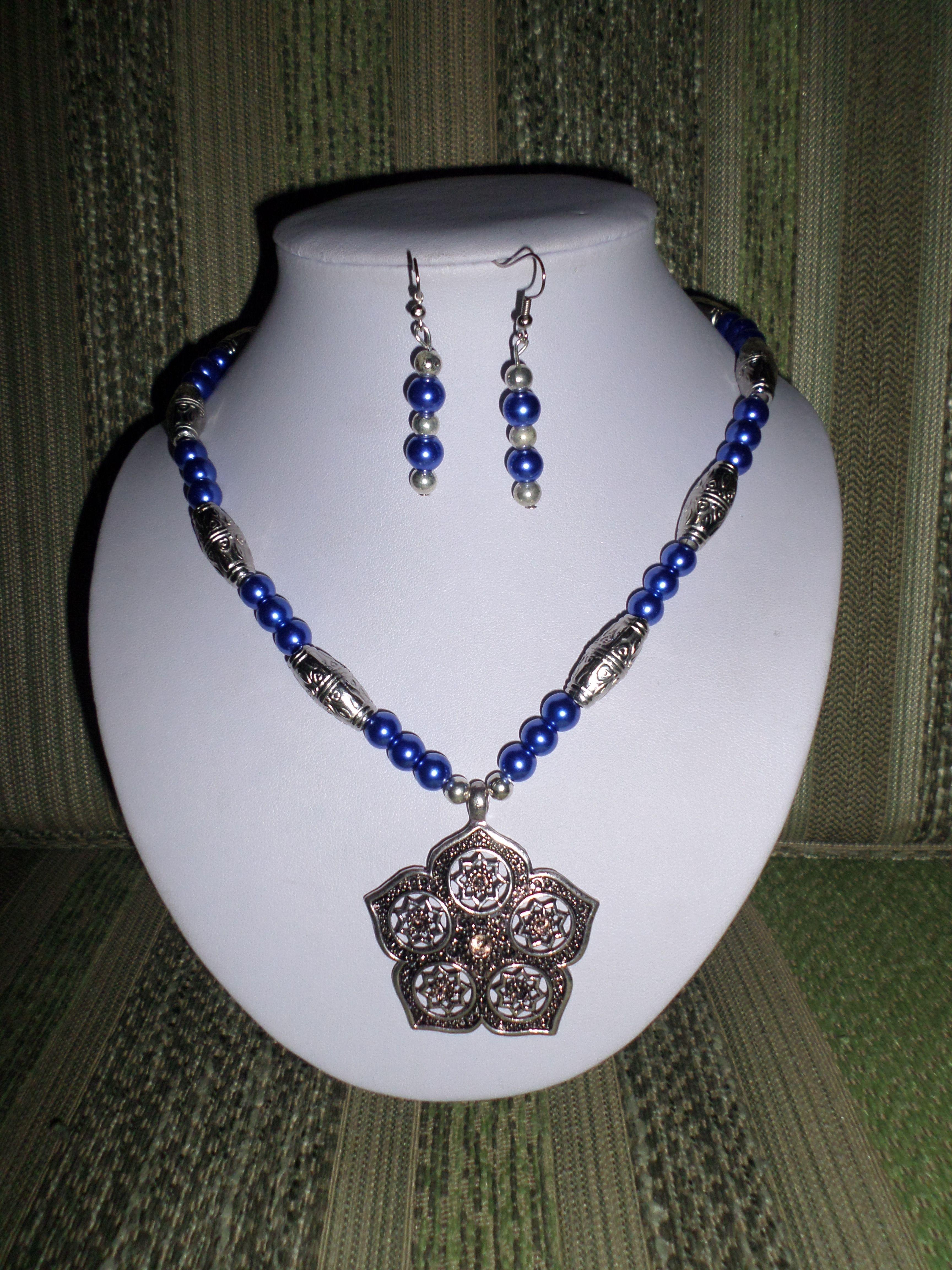 47e02b25a88d 3. Juego azul con aretes y collar de perlas con dije de flor ...