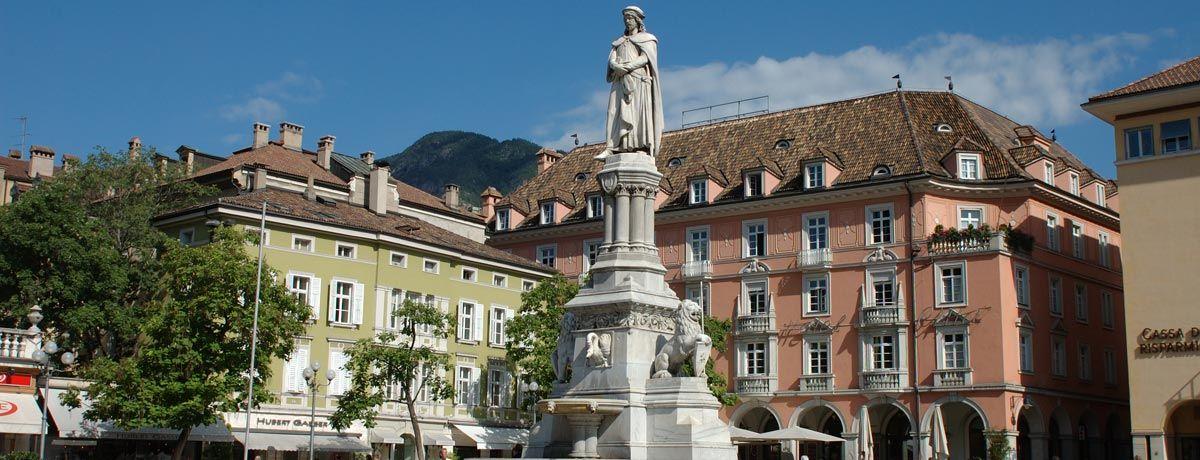 Piazza Walther:Piazza Walther à Bolzano Piazza Walther est considéré comme le salon de Bolzano. Ici a lieu le marché de Noël de Bolzano et de nombreux autres événements tels que le marché aux fleurs et la fête de la ville ./////  Bolzano ou Bozen est une ville italienne du Haut-Adige dans la région autonome du Trentin-Haut-Adige. Wikipédia