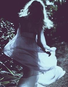 ☪ Então, construa-se tão bonita como você quer que seu mundo seja. Envolva-se em luz, em seguida, de-se embora com o seu coração, o seu pincel, sua marcha, sua arte, sua poesia, o seu jogo. E para cada dia que você pintar a guerra, tirar uma semana e pinte a beleza, a cor, a forma da paisagem que você está marchando em direção. Todo mundo sabe o que você está contra; mostrer-lhes o que você está à favor.   Andrea Gibson