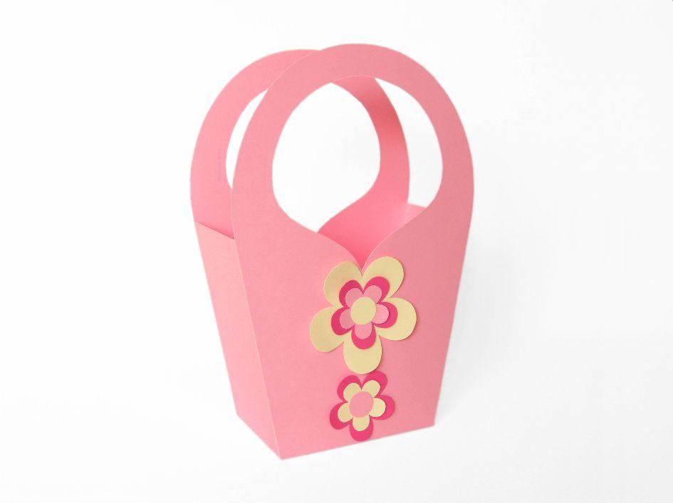 Diese hübsche Geschenktasche ist aus Fotokarton gefertigt und ca. 17 x 26 x 8 cm groß. Sie ist sehr schnell und einfach zu basteln, braucht wenig unterschiedliche Materialien und ist deshalb sogar zum allerersten Bastelversuch wunderbar geeignet.  https://www.crazypatterns.net/de/items/6494/geschenktasche-in-rosa-bastelvorlage-mit-anleitung