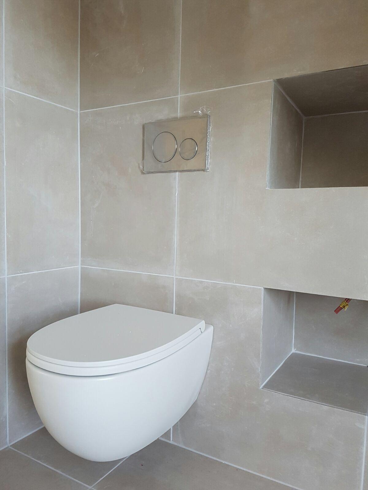 Betonlook tegels zandkleur met RVS look bedieningspaneel en wit ...