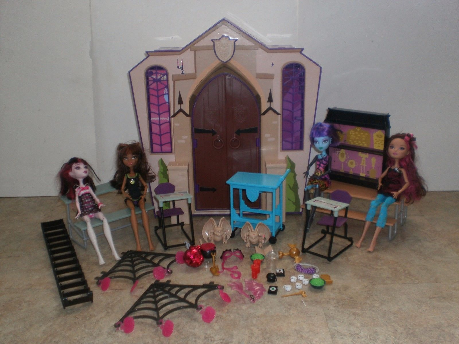 Monster High Ghoul School Portable Dollhouse Playset  4 dolls & accessories https://t.co/MN4Bqdk7QQ https://t.co/MxqwemypvN