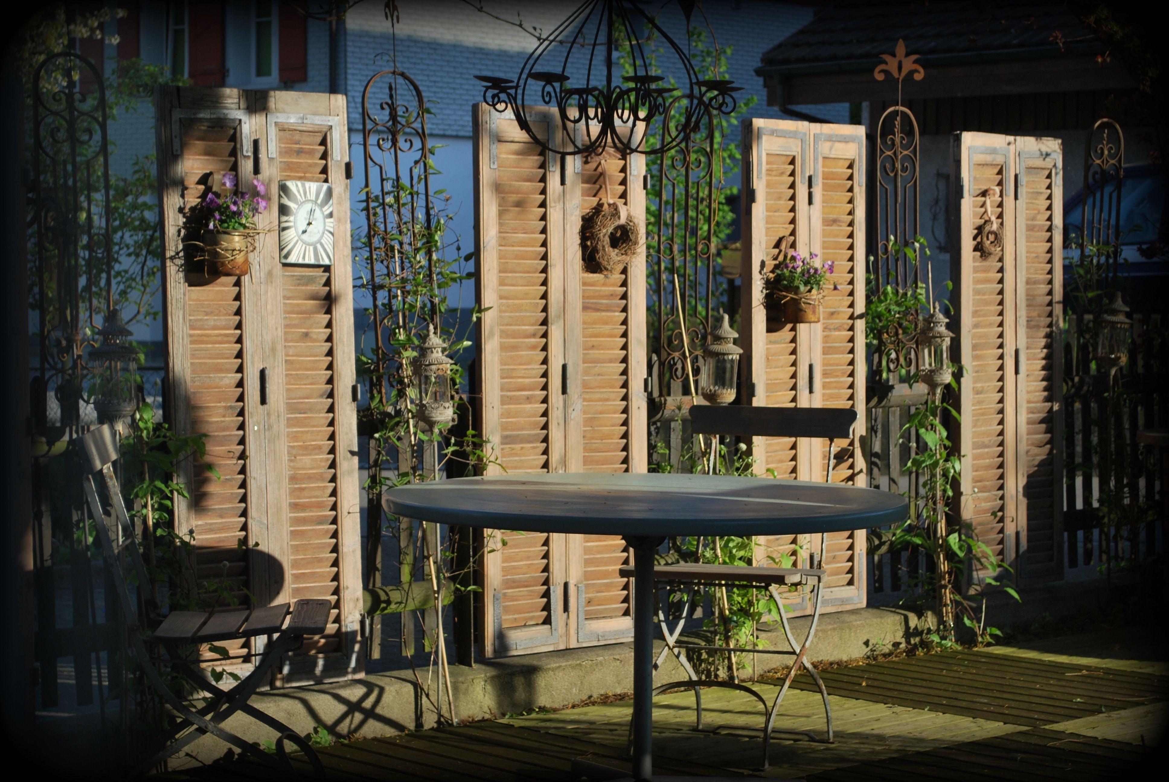 Sichtschutz Und Deko Mit Alten Fensterladen Fensterladen Gartengestaltung Alte Fensterladen