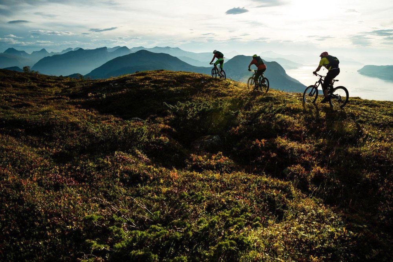 O guia local e empresário Tommy Soleim mostra para Janne Tjärnström e Johan Jonsson os encantos de seu quintal, que percorrem as trilhas na região de Romsdals.