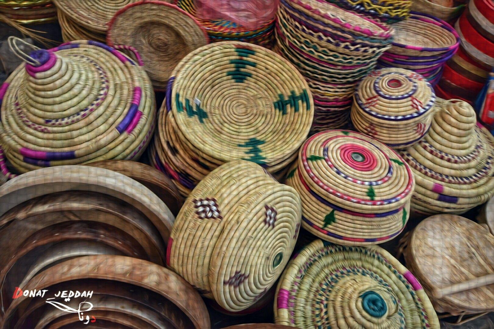 مشغولات يدوية من القش في سوق البدو في المنطقة التاريخية Hats Sombrero