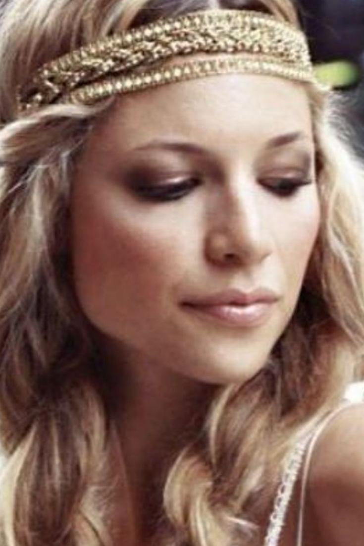 Coiffure avec headband : un headband avec deux tresses | Hair jewelry, Hair, Beauty