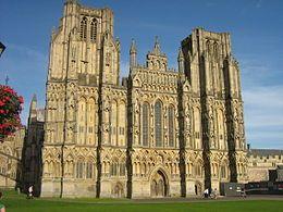 Cattedrale di Wells ( inizio costruzione 1180, completata nel 1490 ). Prima cattedrale nello stile gotico primitivo inglese, di cui è anche considerata la massima espressione.