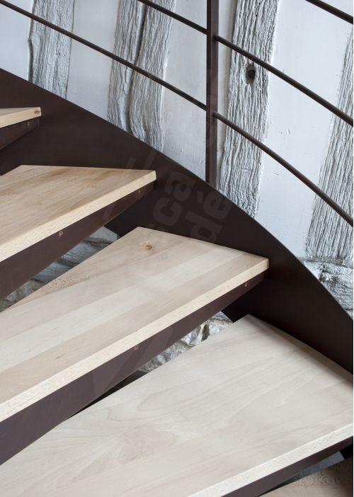 Escalier d'intérieur en colimaçon métal rouillé et bois. Photo S31 - Gamme Initiale - SPIR'DÉCO® Contemporain. Marches caisson + plateaux bois. Option limon. Mode d'assemblage par soudage (Montage Escaliers Décors®). Finition : acier brut oxydé + vernis. Passerelle sur mesure. - © Photo : Nicolas GRANDMAISON - Fabrication Escaliers Décors®.