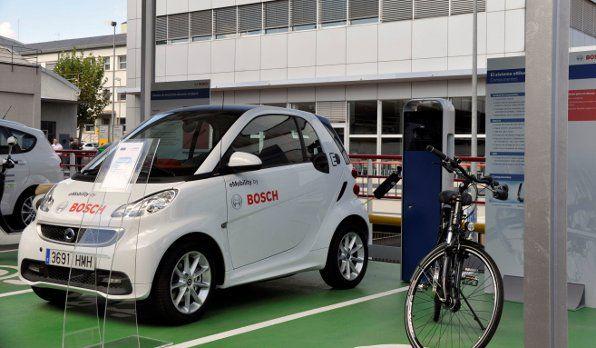 El Grupo Bosch inaugura una cubierta solar fotovoltaica en el aparcamiento de su sede en Madrid. Vehículo eléctrico Smart, bicicleta eléctrica, y estación de recarga alimentada por la granja solar.