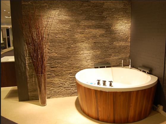 Een stenen badkamer muur mareriaal en kleurgebruik