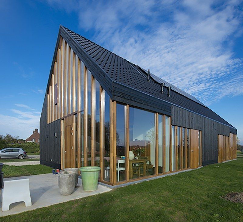 Maison bois contemporaine hollandaise comme un oiseau noir séchant ...
