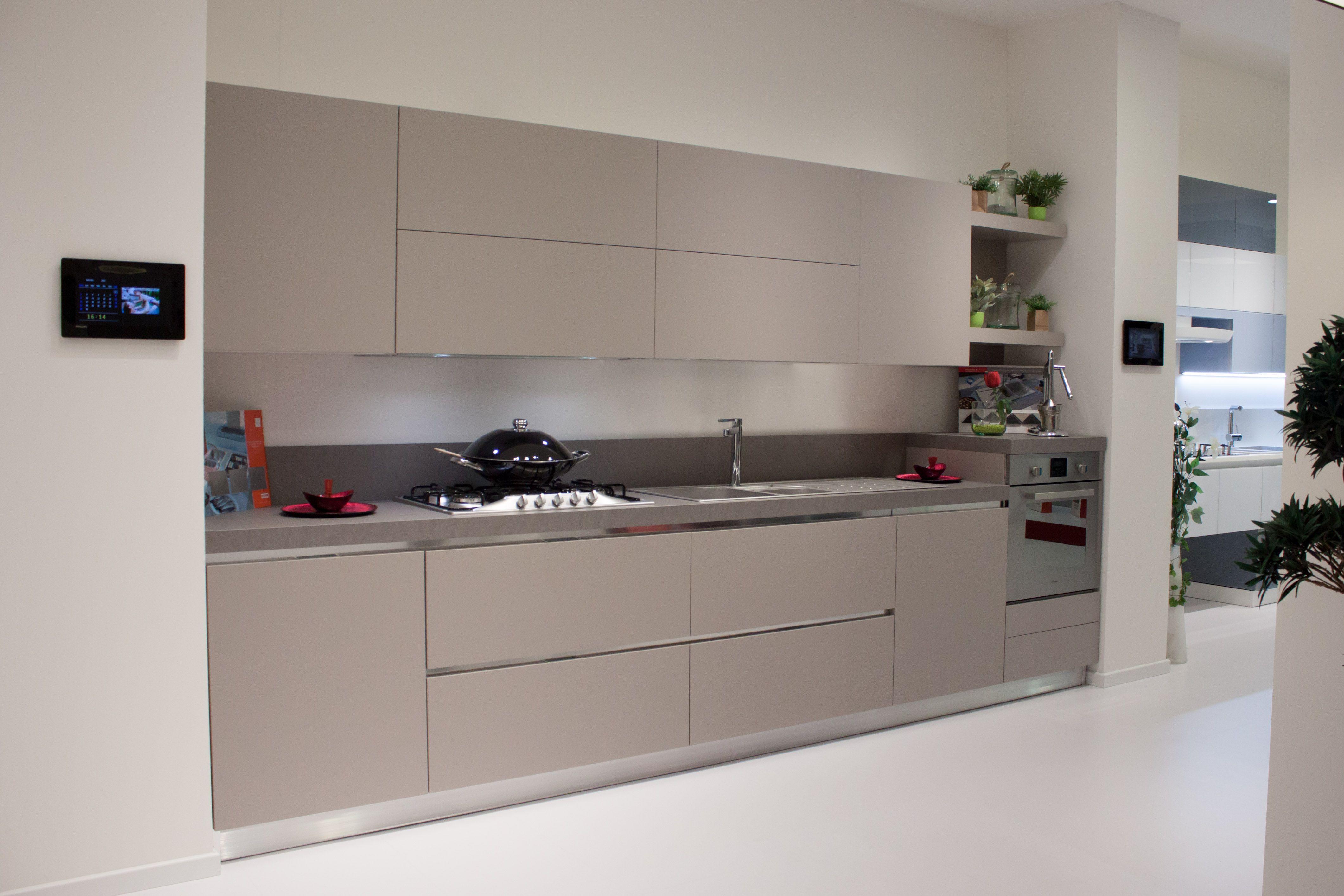 Cucine moderne scavolini in esponisizione nello store di napoli fuorigrotta i kitchen - Cucine kitchen store ...
