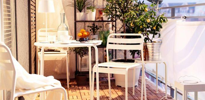 Balkon Gestalten Balkonmöbel Metall Plastik Weiß Holzboden ... Balkon Gestalten Balkonmobel Balkonpflanzen
