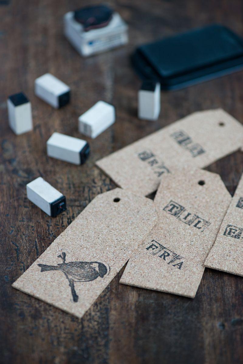 Gavemærke DIY fra Badut. Pak julegaverne smukt og persoligt ind med disse nemme til og fra kort.