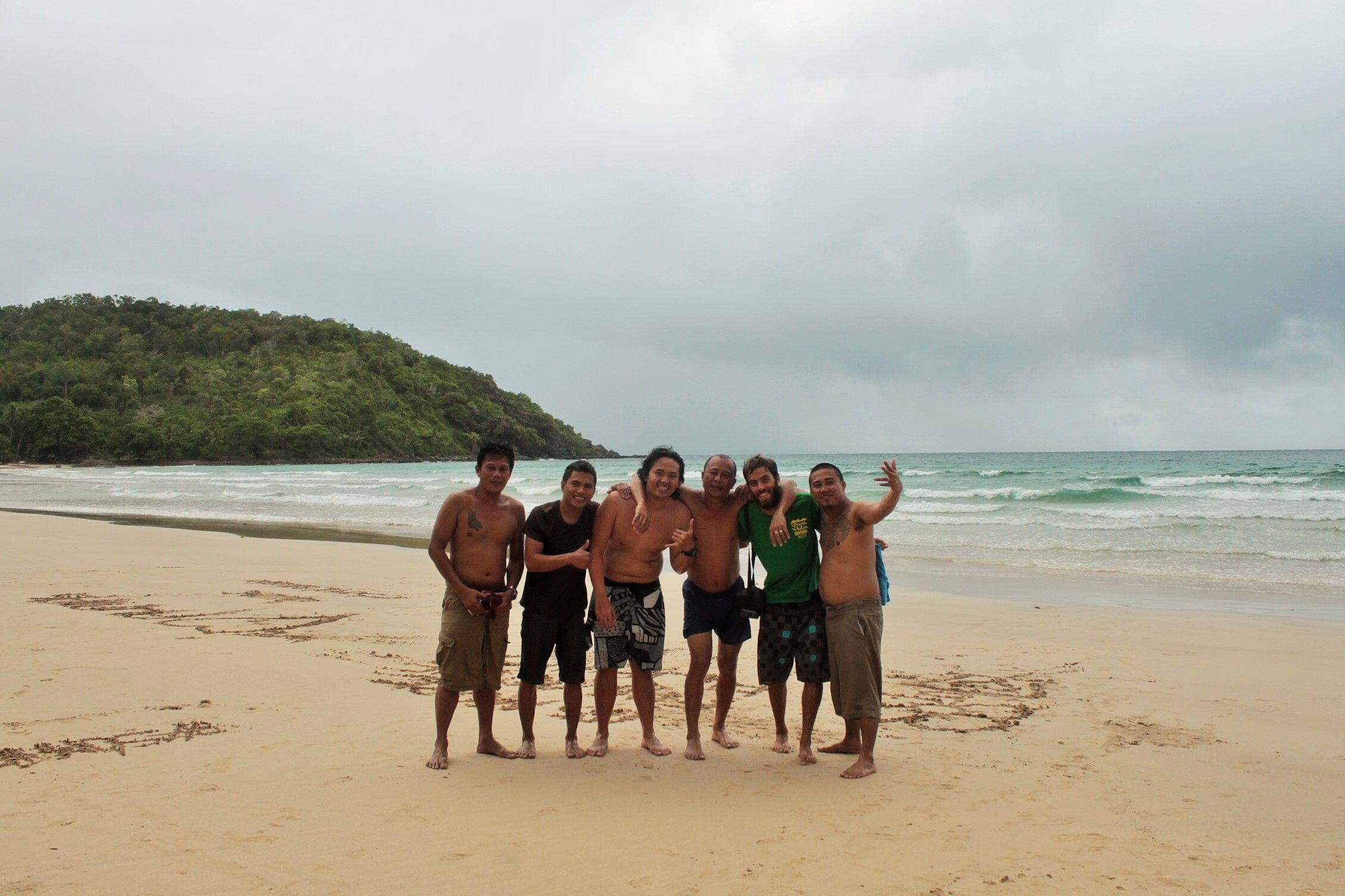 Amigos recien conocidos en Nagtabon Beach