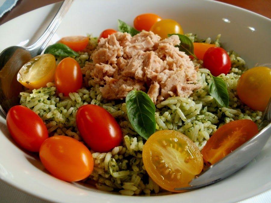 Un plato perfecto, arroz con albahaca, atun y tomates cherry. La idea es del blog LOS ANTOJOS DE CLARA.
