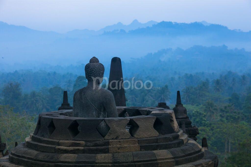 Stupa dan arca Candi Borobudur dan pemandangan di sekitarnya. (Benedictus Oktaviantoro/Maioloo.com)