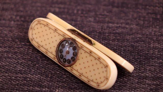 Elfenbeindose mit Zählwerk, Verzierung mit Goldnägelchen - Anfang 19.Jahrhundert-innen war das Döschen ursprünglich verspiegelt und diente als KOKAINDOSE. Wert 800 €                                                                                                                                                                                 Mehr