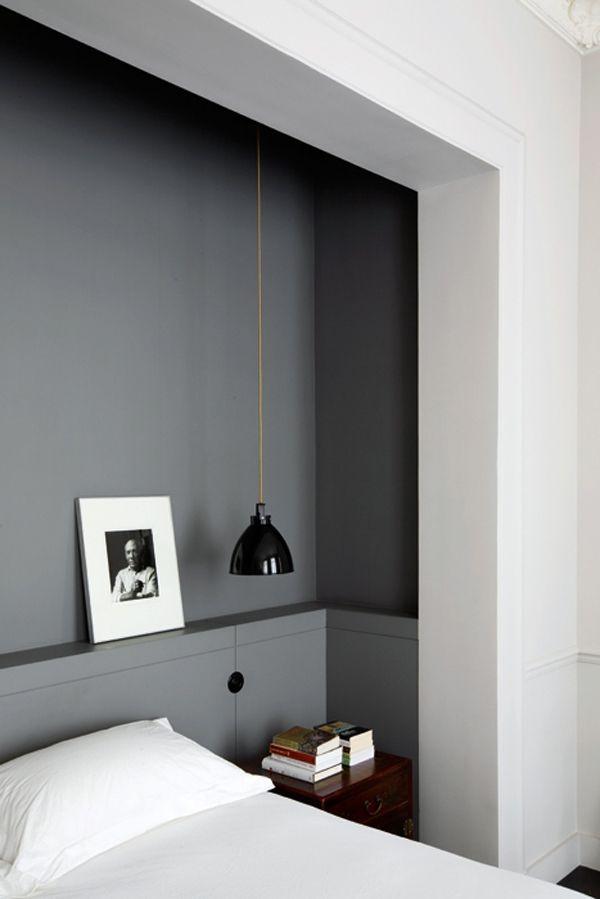 chambre bedroom une alc ve peinte en gris souris vient accueillir le lit comme une t te de. Black Bedroom Furniture Sets. Home Design Ideas