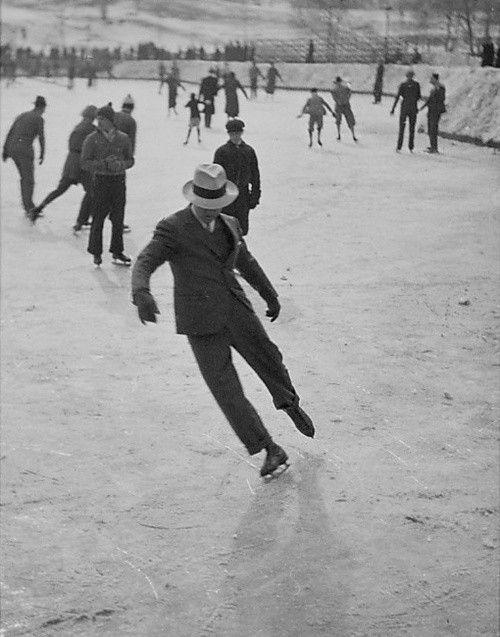 Un hombre practicando patinaje artístico en la ciudad de Nueva York en 1937.