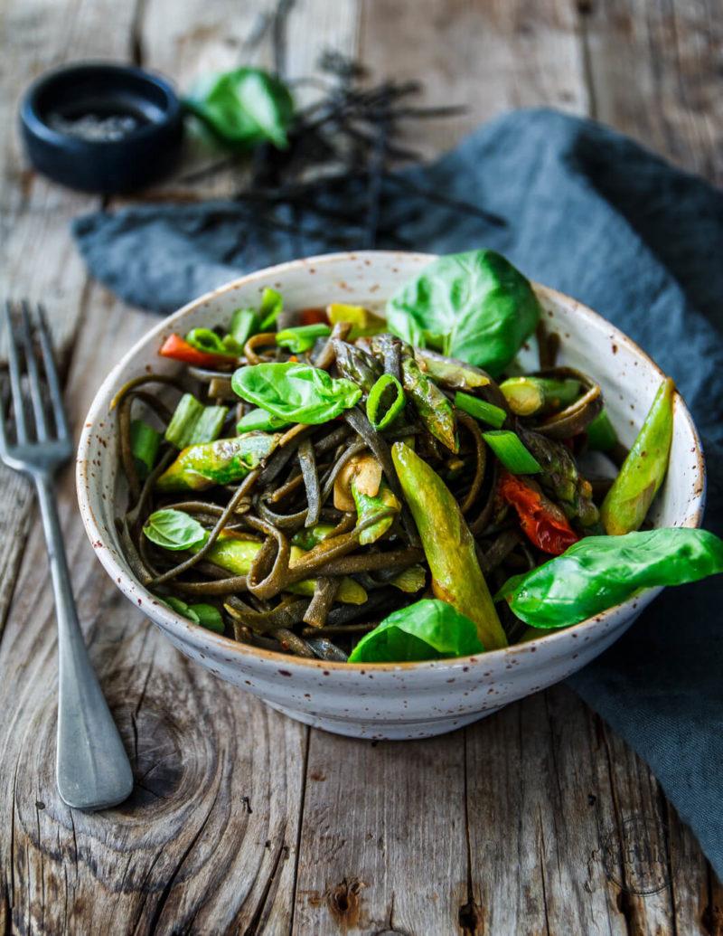 Algen-Pasta hat einen richtig tollen Biss, schmeckt super-würzig, ist glutenfrei und dabei auch noch gesund!