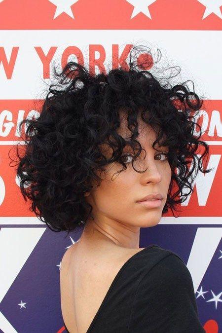 Messy-Curly-Frisuren Beliebte Kurzhaarfrisuren 2018 - 2019 #curlyhairstyles