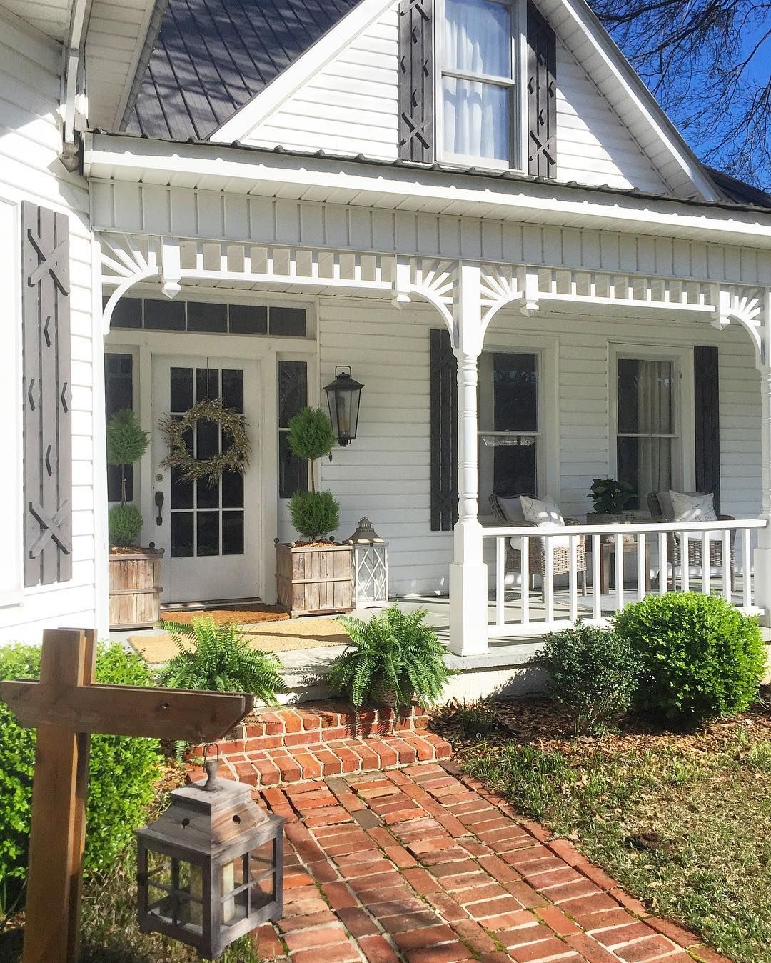 Farmhouse Spring Front Porch Stillwater Farm Little White House Blog Front Porch Decorating Farmhouse Style House Farmhouse Patio