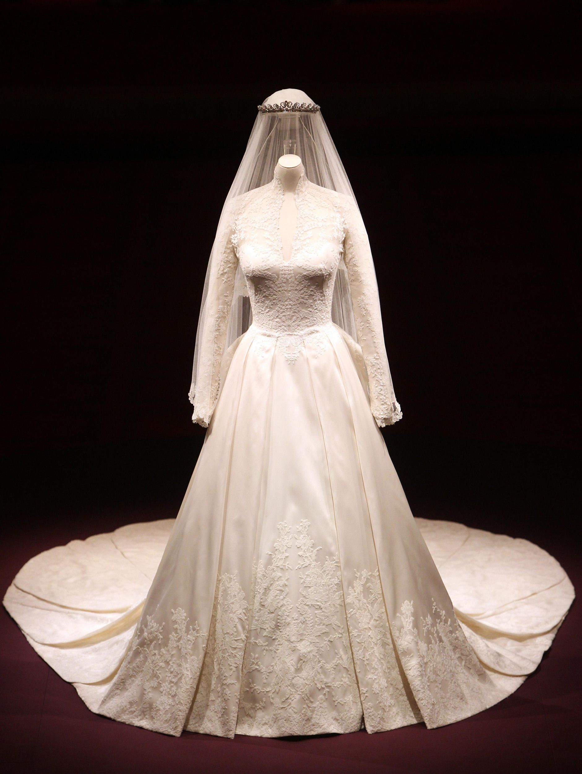 Why Meghan Markle And Kate Middleton S Wedding Invitations Differ In One Significant Way Expensive Wedding Dress Kate Wedding Dress Princess Kate Wedding Dress [ jpg ]