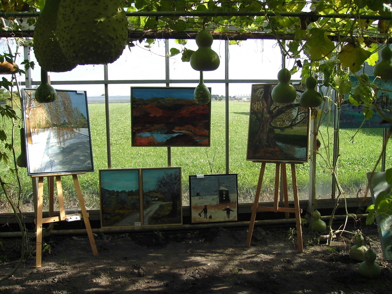 Bertha en Mia van Penseelstreken tonen hun schilderijen tijdens de KruizerFair in de kassen van Buurvrouw & Buurvrouw.