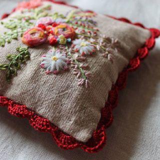 pincushion | Broderie au ruban, Points de bordure au crochet, Porte-épingles