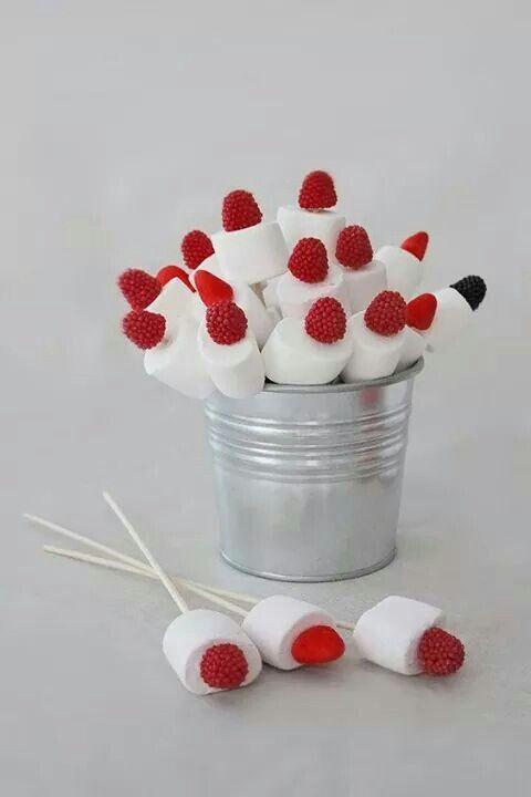 rojo y blanco  con mashmellows y un pincho.