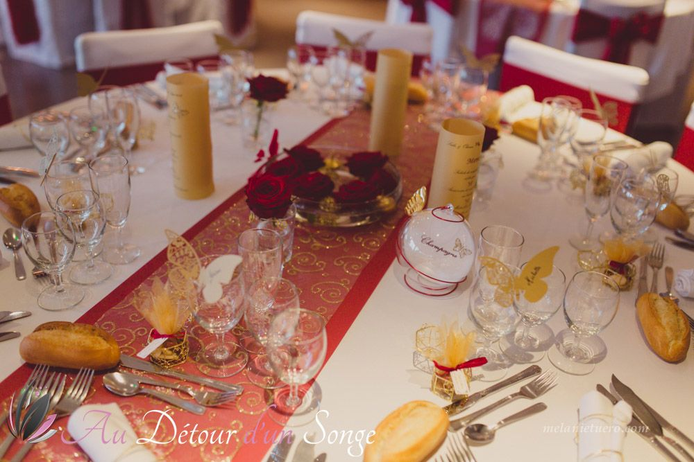 D coration de salle de mariage couleurs blanc bordeaux et or th me papillons menu for Bougies decoration table