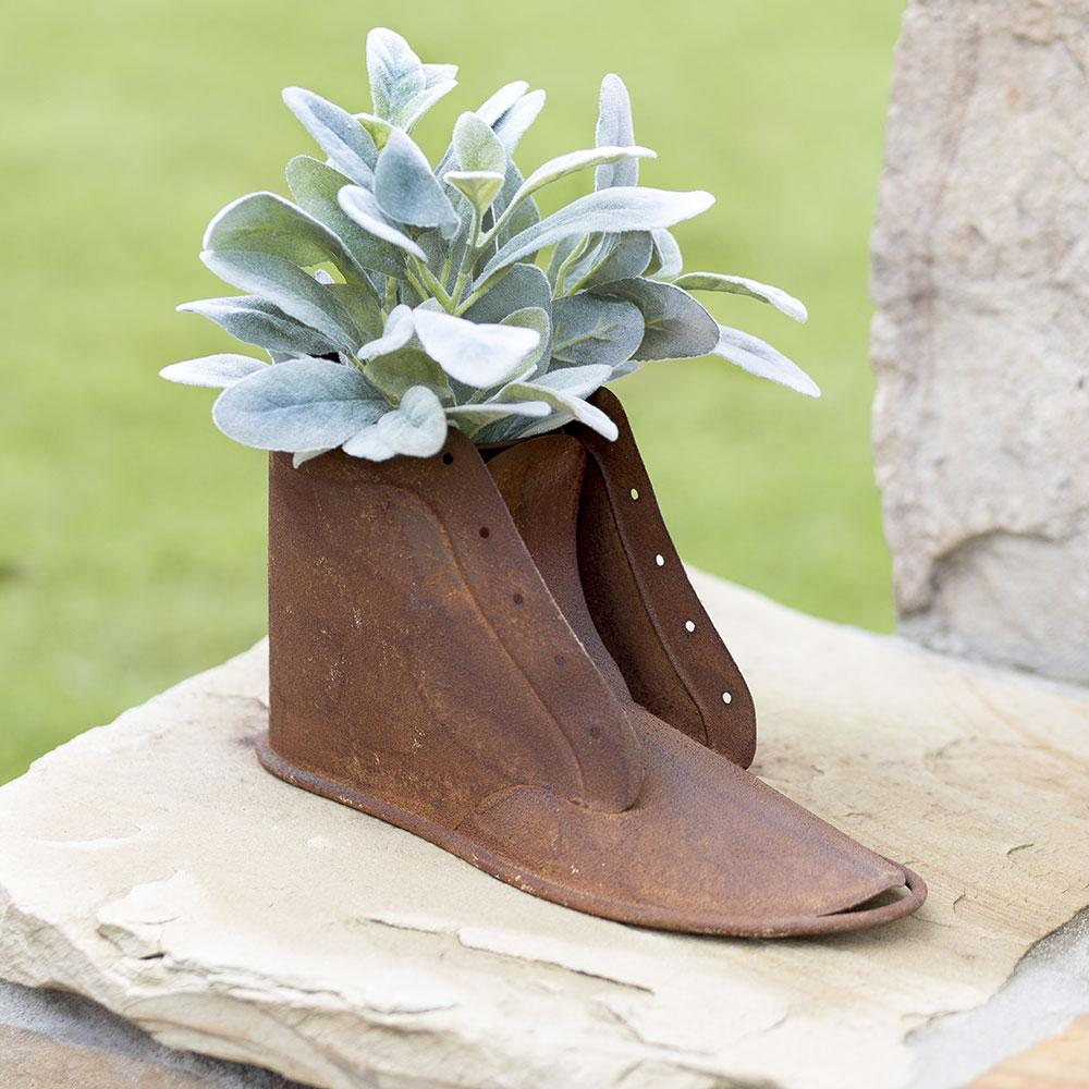 Rustic Metal Boot Planter In 2020 Vintage Farmhouse Decor Boots