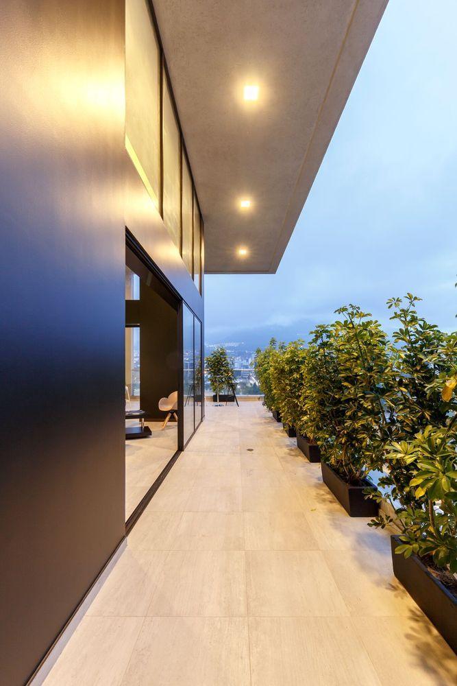 Galería de Edificio PORTIMAO / Esteban Duthan + Shaell