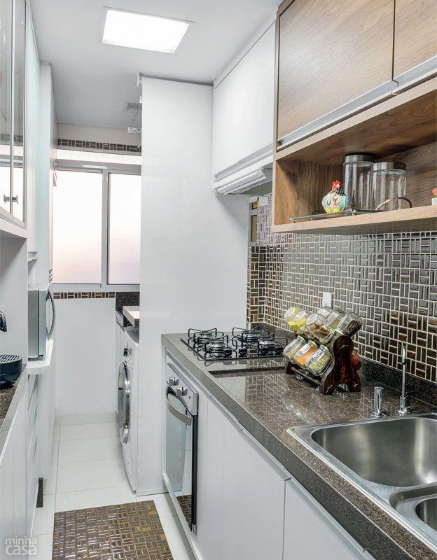 Apê de 62 m² é repleto de ideias para aproveitar espaço Cocinas - departamento de soltero moderno pequeo