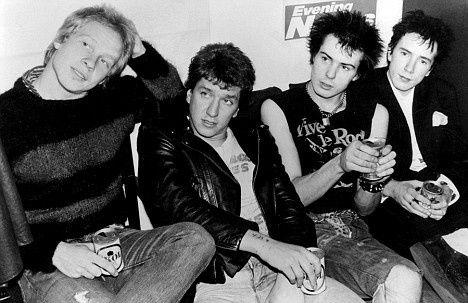 1977  Mientras el mundo escuchaba música disco y rock progresivo, los Sex Pistols sentaban las bases del punk en Inglaterra con su disco «Never Mind the Bollocks».