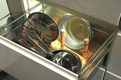 ranger la cuisine astuces et produits malins la vaisselle rangement et table escamotable. Black Bedroom Furniture Sets. Home Design Ideas