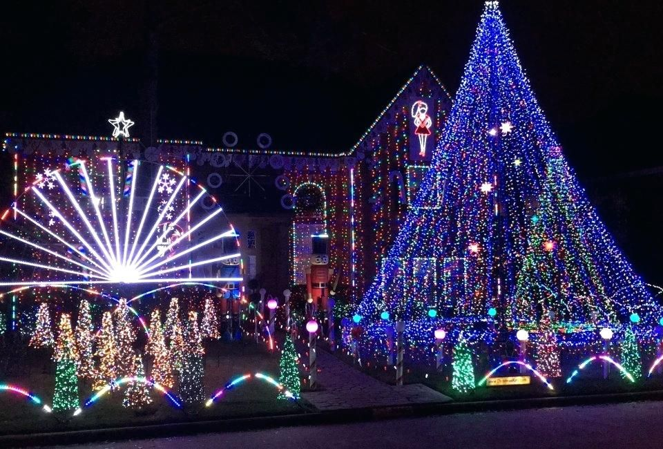 20 Phenomenal Outdoor Christmas Lights Setups Nimvo Interior And Exterior Design Architecture Home Tips Outdoor Christmas Lights Christmas Lights Fix Christmas Lights
