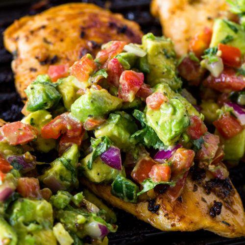Poulet grillé avec salsa d'avocat