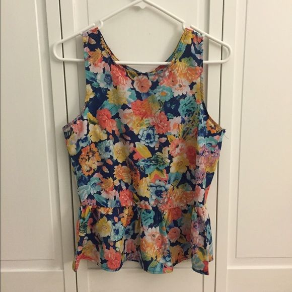 Floral printed top Hasn't been worn in a while. Light fabric, form fitting. Cute with jeans, leggings, etc. Tops Tank Tops
