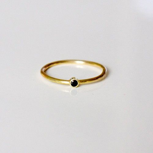 9872a7be TYND GULD RING MED SORT DIAMANT via NO79. Click on the image to see more