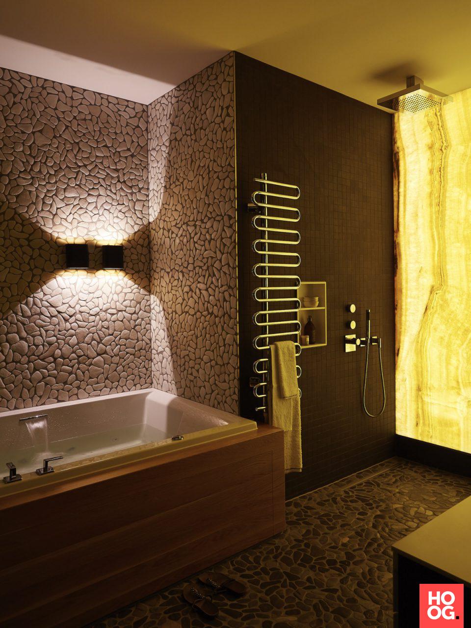 Luxe badkamer met open badkamermeubel en badkuip | badkamer ideeen ...